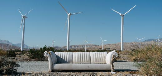 sofá de cuero con paisaje de molinos